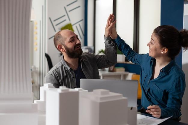 Socios del equipo de arquitectos que trabajan en el escritorio de diseño