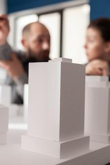 Socios del equipo de trabajo de arquitectura discutiendo en la oficina