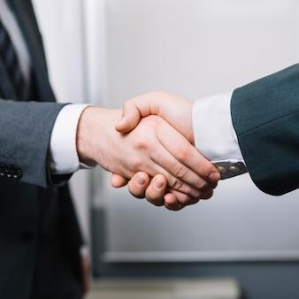 Socios hombres dándose la mano