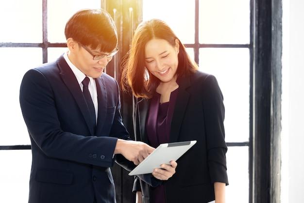 Socios de joven empresario asiático exitoso y empresaria empresario y empresaria