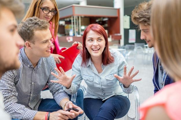 Socios jóvenes discutiendo lluvia de ideas e ideas en la reunión