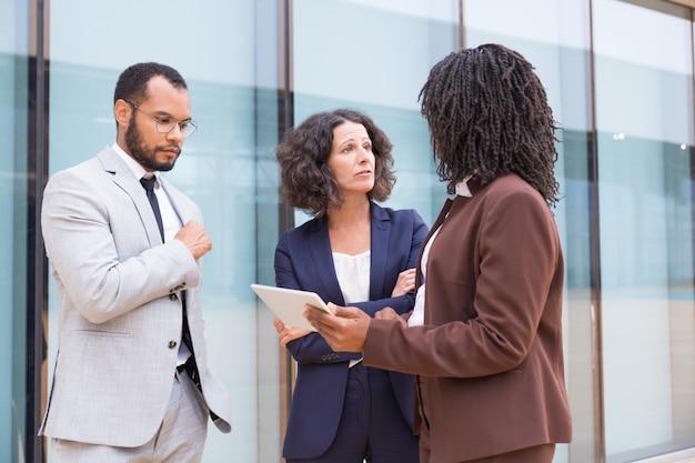 Socios multiétnicos que discuten la asociación fuera