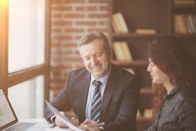 Socios de negocios discutiendo el beneficio financiero el concepto de asociación