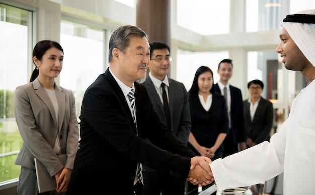 Socios de negocios introductionary handshake bow