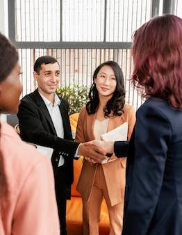 Socios de negocios de primer plano estrecharme la mano