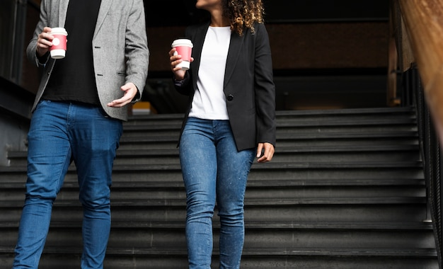 Socios de negocios que tienen café para llevar