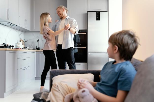 Socios de tiro medio bailando en casa