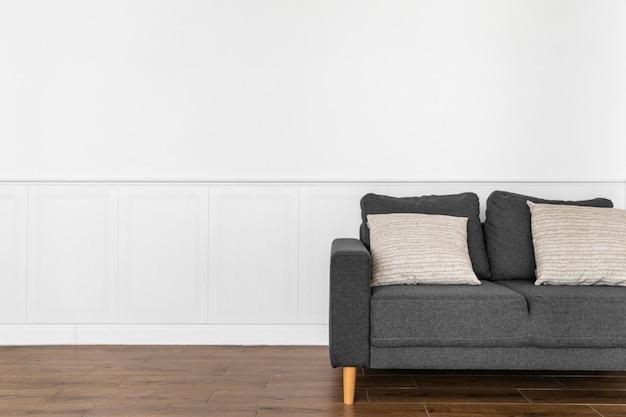 Sofá con almohadas de diseño de interiores.