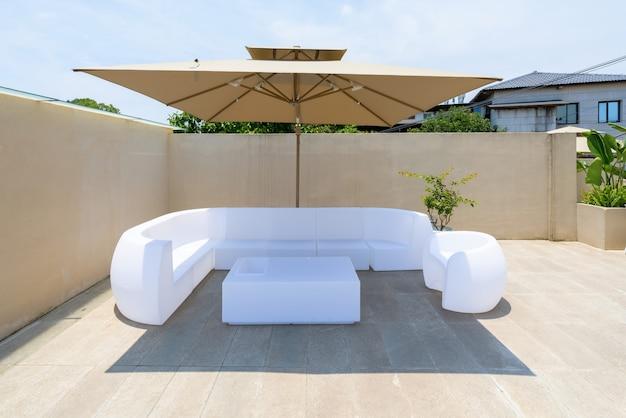 Sofá blanco en el techo de la villa de vacaciones