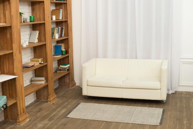 Sofá cerca de estanterías en habitación.