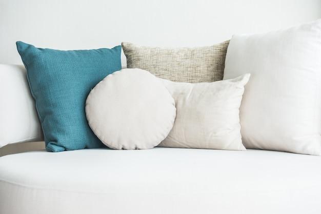 Sofá con cojines y uno azul