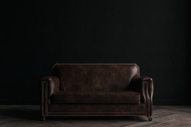 Sofá de cuero en cuarto oscuro