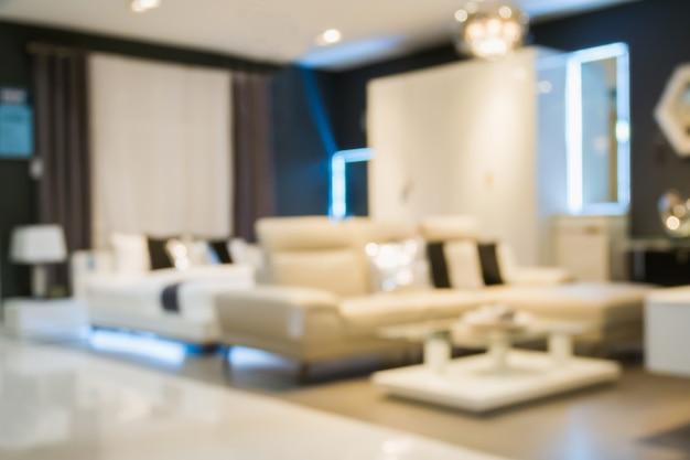 Sofá de desenfoque abstracto en el interior de la tienda de exposición de muebles de decoración para el hogar con fondo claro bokeh para exhibición de productos de montaje