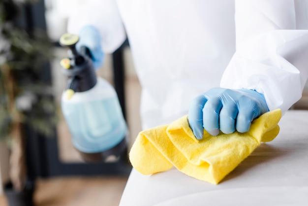 Sofá desinfectante de manos de primer plano