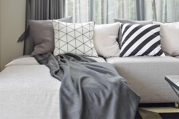 Sofá en forma de l gris claro con patrón variado