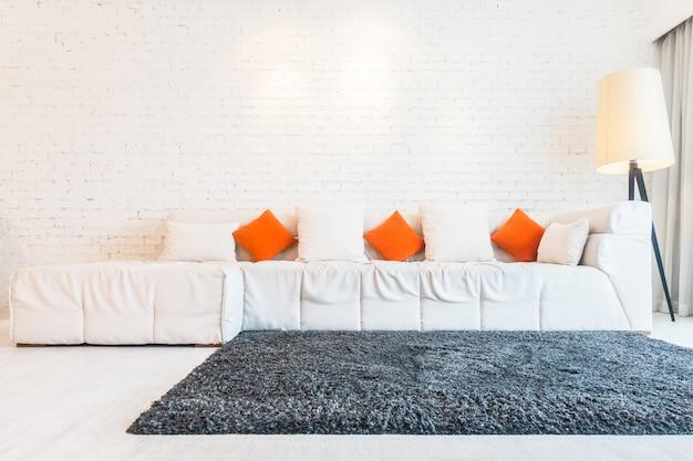 Sofá grande y una alfombra