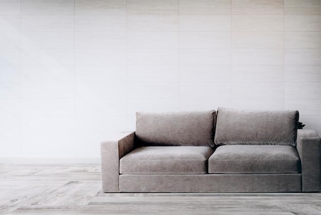 Sofá junto a una pared de azulejos