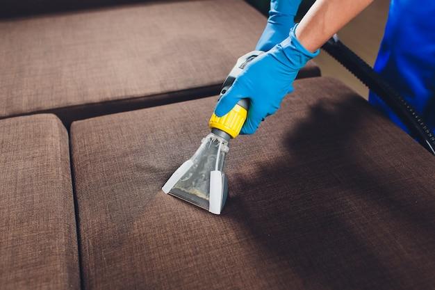Sofá de limpieza química con método de extracción profesional
