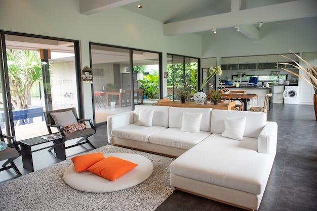 Sofá de lujo blanco en casa moderna