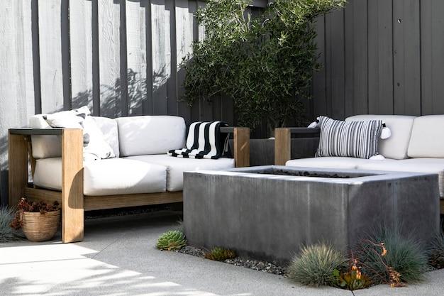 Sofá de madera al aire libre con chimenea.
