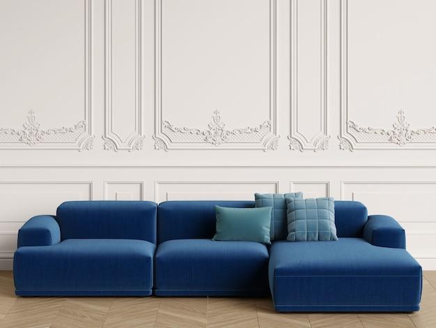 Sofá moderno de diseño escandinavo en interior clásico