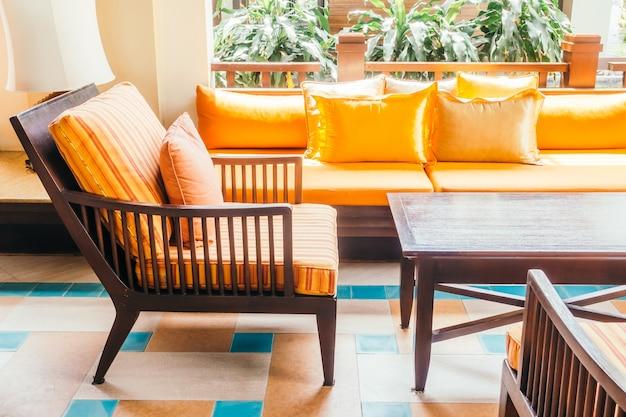 Sofá y silla de madera vacíos