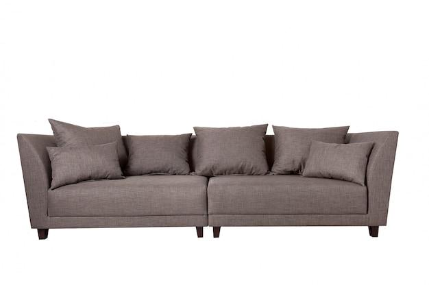 Sofá de tela gris moderno con almohadas aisladas en blanco.