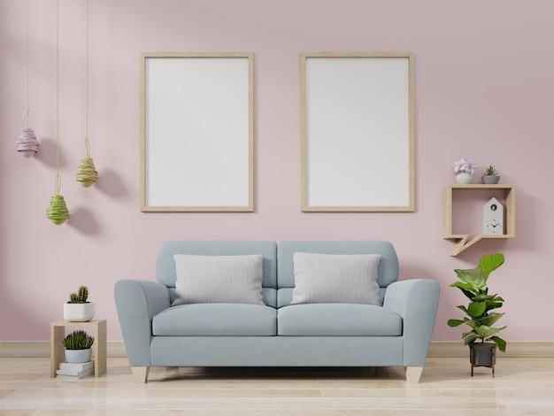 Sofá de terciopelo con cuadros y plantas.
