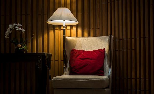 Sofás en hoteles de lujo con luces nocturnas.