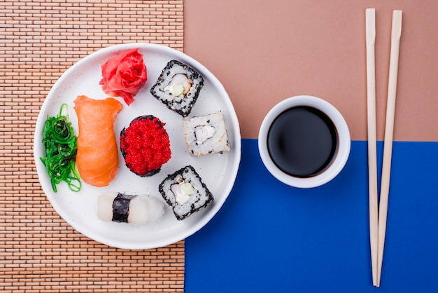 Soja para sushi fresco en la mesa