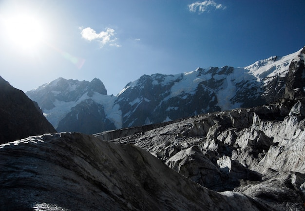El sol brilla en las montañas
