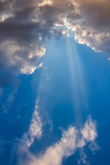 El sol brilla a través de las nubes.