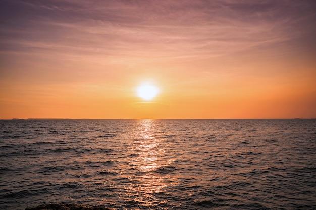 El sol comienza a bajar en tailandia