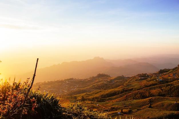 El sol de la mañana en la montaña.