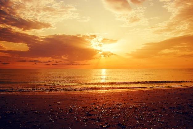 Sol en el mar.
