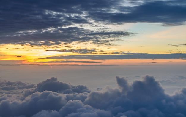 Sol naciente en la madrugada sobre mar de niebla