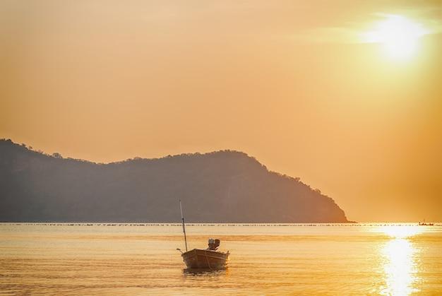 Sol naciente con paisaje marino
