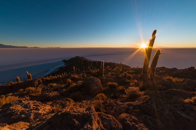 El sol naciente sobre uyuni salt fl, bolivia