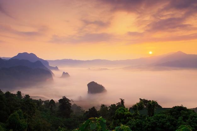 Sol y nubes en la niebla de la mañana en phu lang ka, phayao, tailandia