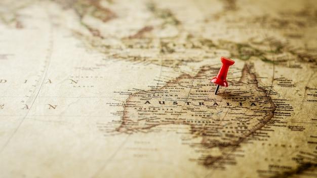 Sola chincheta roja que marca una ubicación en el mapa de australia.