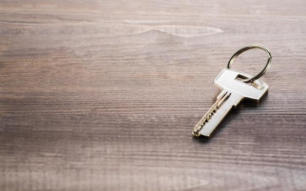Sola llave en una tabla de madera