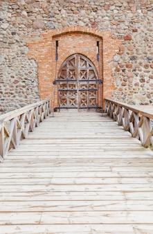 Sola puerta de madera
