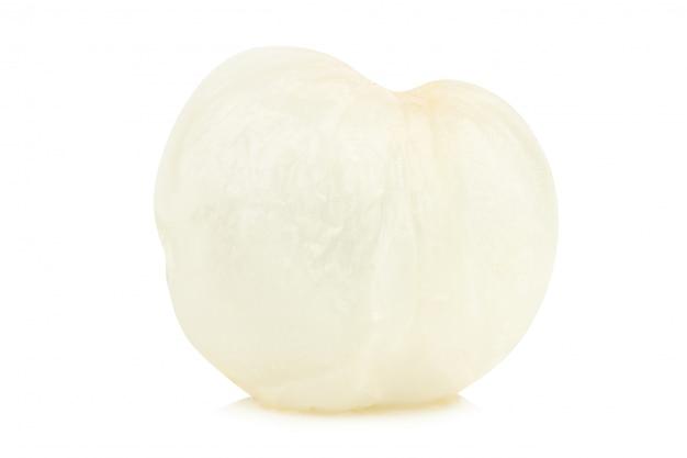 Sola pulpa fresca de los lichis aislada solamente en el fondo blanco