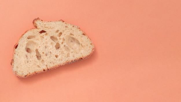 Una sola rebanada de pan sobre fondo coloreado