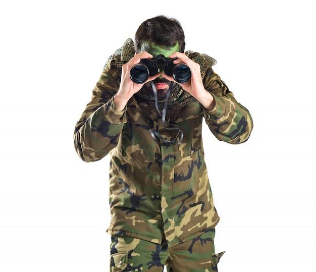 Soldado con binoculares sobre fondo blanco