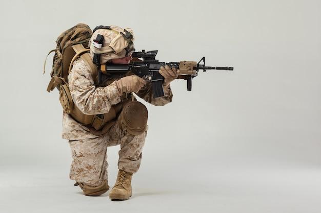 Soldado en camuflaje con rifle.