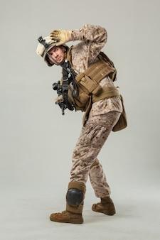 Soldado en camuflaje con rifle