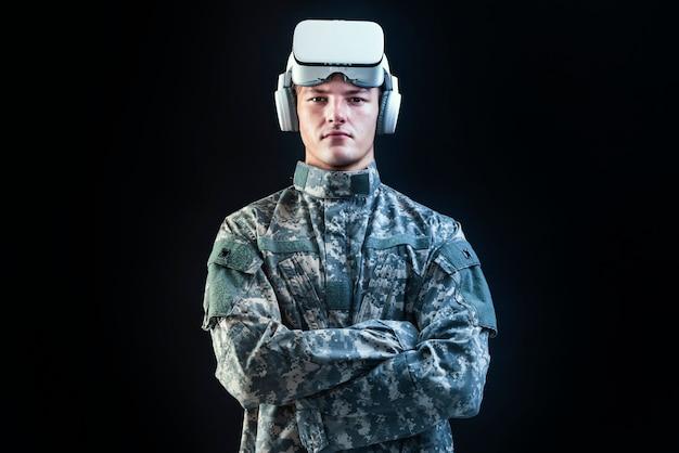 Soldado en casco de realidad virtual para entrenamiento de simulación tecnología militar fondo negro