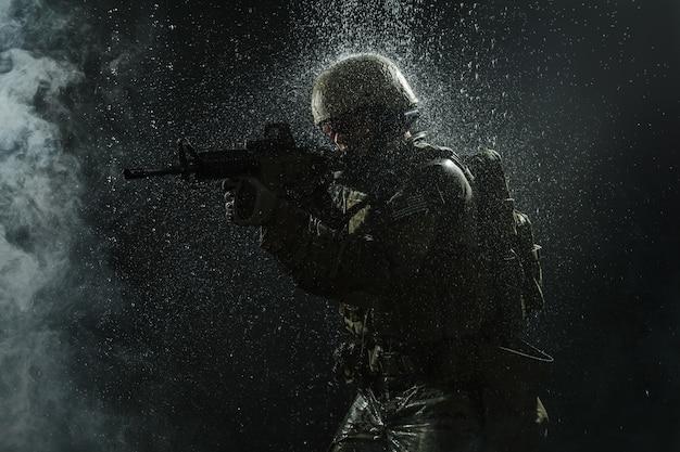 Soldado del ejército estadounidense bajo la lluvia