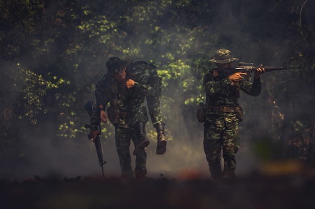 Soldado del ejército en uniformes de combate con ametralladora.